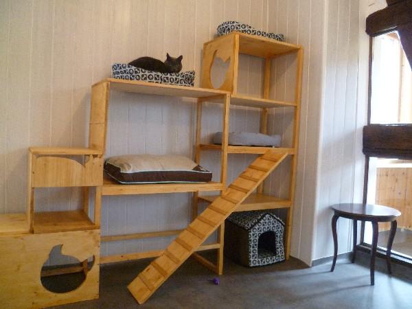 Dans toutes les chambres, des meubles multi-niveaux ont été créés sur mesure.